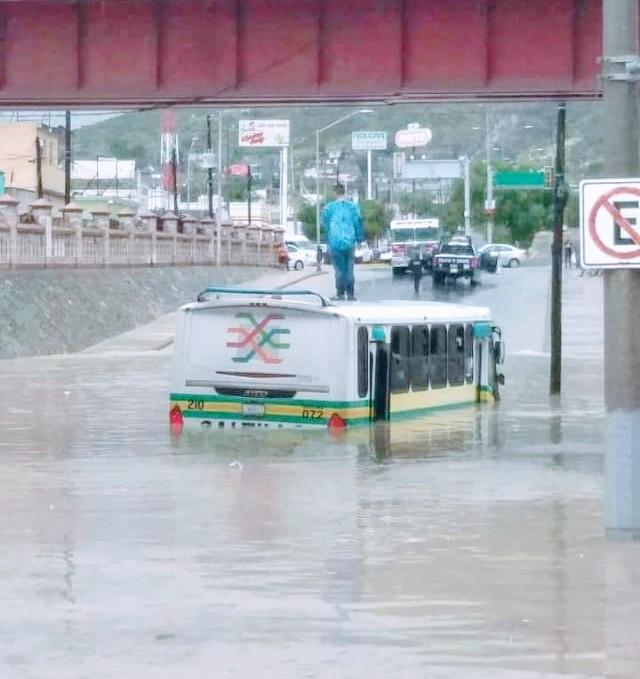 Bomberos y Policías rescatan a ciudadanos ante inundaciones