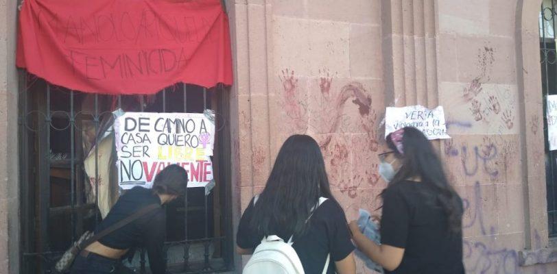 Feministas pintan monumentos históricos en protesta por violencia de género