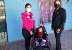 Entrega DIF Coahuila silla de ruedas a niño con parálisis cerebral