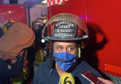 Rescatan elementos de bomberos a mujer que amenaza a con lanzarse de edificio del IMSS