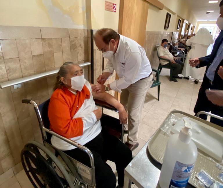 Aplica Secretario de Salud Coahuila dosis anticovid en asilos