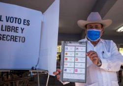 Armando Guadiana emite su votó por Juan Antonio de la Fuente